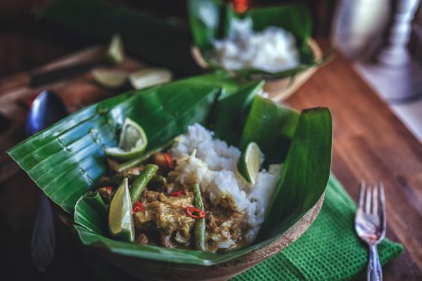 indonesian chicken curry dish with rice served on banana leaf - kultura indonezyjska zdjęcia i obrazy z banku zdjęć