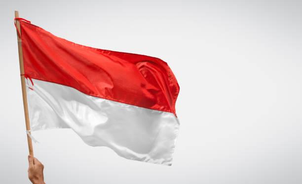 dia da independência indonésia com bandeira e cópia de espaço. - bandeira da indonesia - fotografias e filmes do acervo