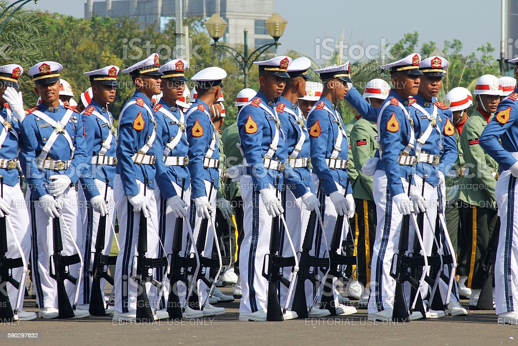 Indonesian Military Army Cadets Marching with Rifle royaltyfri bildbanksbilder