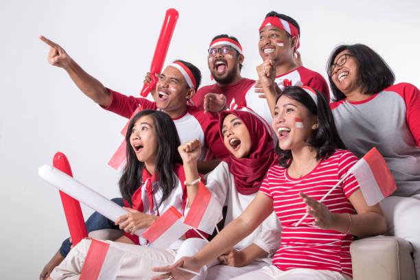 torcedor indonésio assistindo com emoção - bandeira da indonesia - fotografias e filmes do acervo