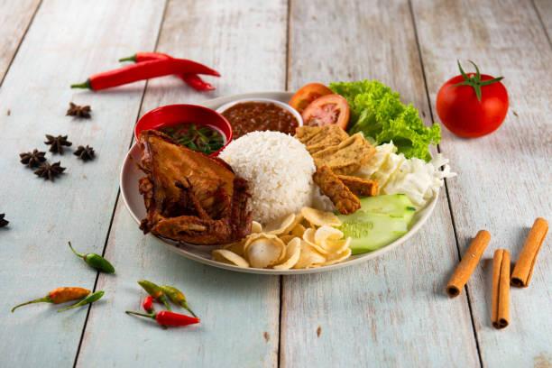 indonesische traditionelle Reis mit Huhn – Foto