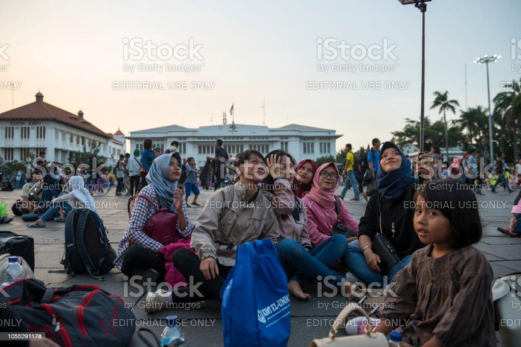 Jeunes Indonésiens selfie dans Taman Fatahillah à Jakarta, Indonésie - Photo