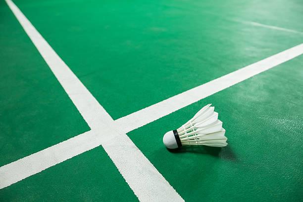 bádminton de bola verde bajo techo y la cancha de bádminton - bádminton deporte fotografías e imágenes de stock