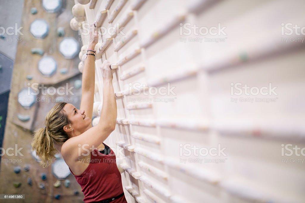 Indoor-Klettern in den Bouldern Fitnessstudio Wand. – Foto