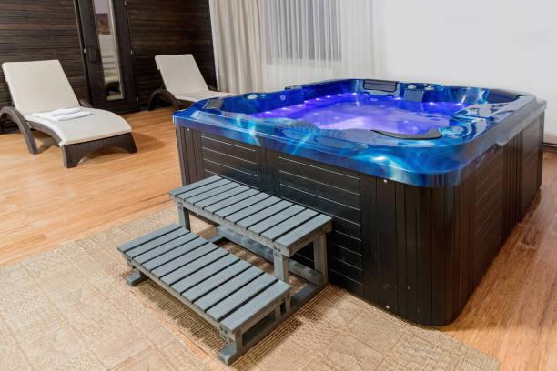 Indoor Whirlpool-Suite für Entspannung auf Dach. Whirlpool im Inneren. – Foto