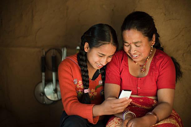 Innenansicht der asiatische Tochter und Mutter im Mobiltelefon. – Foto