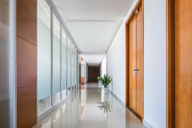 オフィスの室内廊下 - 廊下 ストックフォトと画像