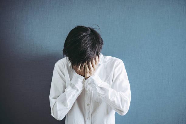 Innenporträt des beunruhigten Mannes – Foto