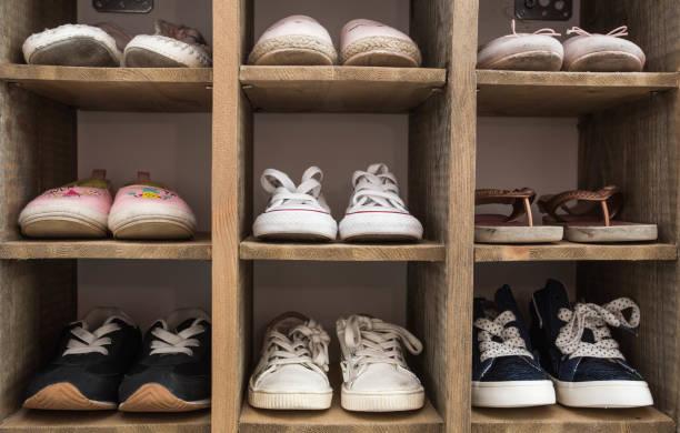 스 니 커 즈 애호가 신발 실내 신발 선반입니다. - 신발 뉴스 사진 이미지