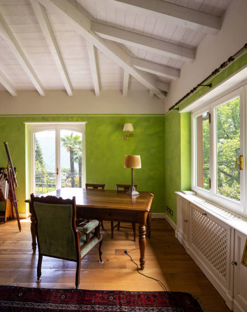 hallenbad in einer privaten luxusvilla - lila, grün, schlafzimmer stock-fotos und bilder
