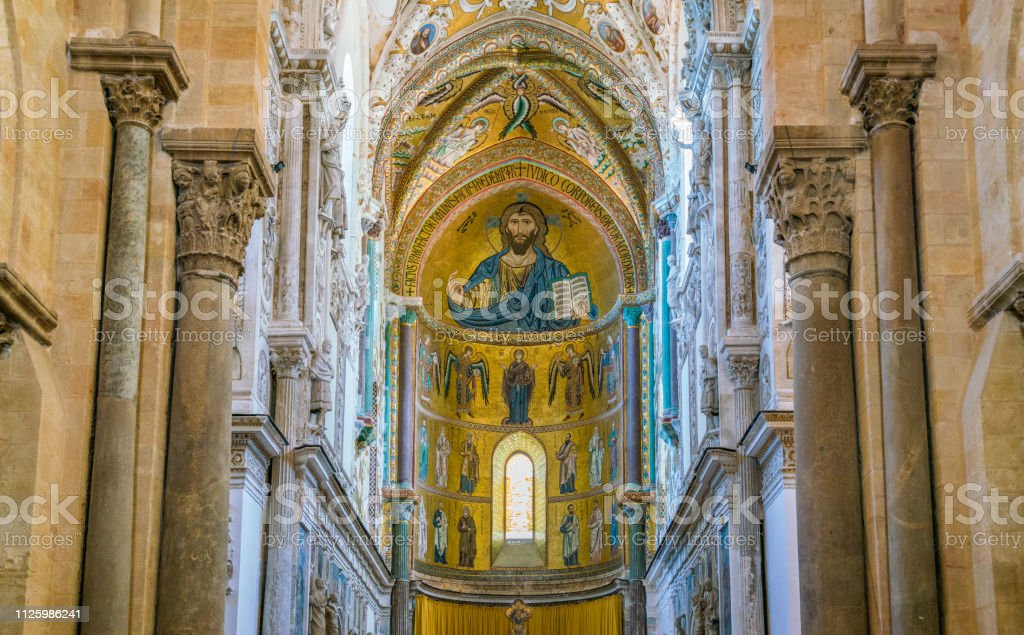 Indoor view in the amazing Cefalù Cathedral. Sicily, southern Italy. - Foto stock royalty-free di Abside