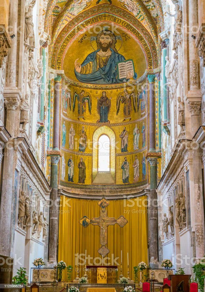 Indoor view in the amazing Cefalù Cathedral. Sicily, southern Italy. foto stock royalty-free