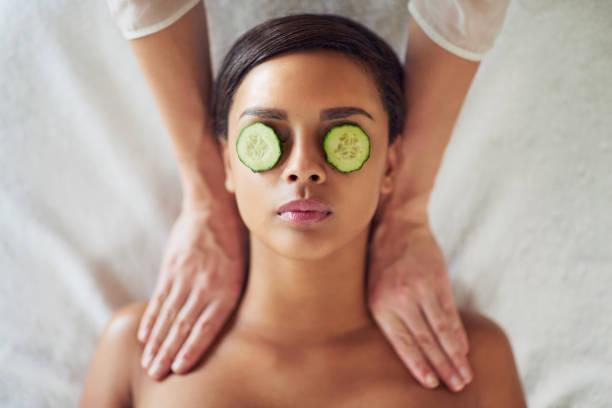 schwelgen in einer dringend benötigten massage - gurkenmaske stock-fotos und bilder