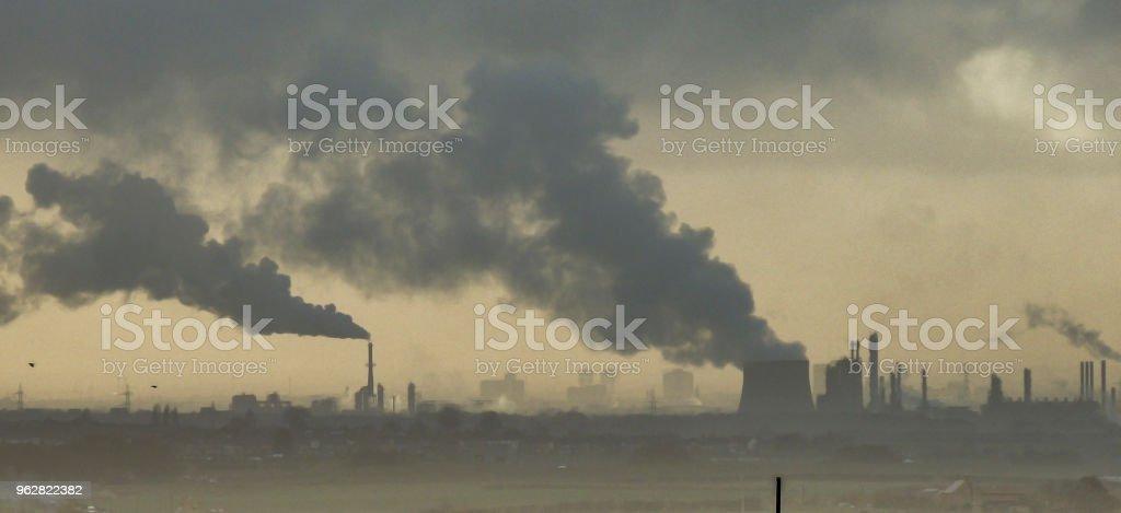 Contaminación industrial - fábricas cerca de Middlesbrough soltando humo en el ambiente - foto de stock