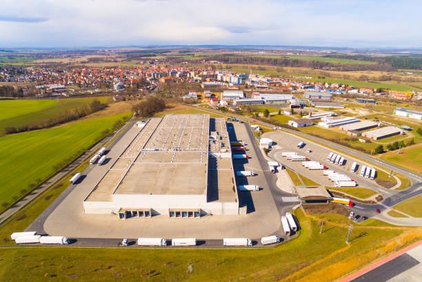 industriegebied, magazijnen van bovenaf. pilsen, tsjechië. - industriegebied stockfoto's en -beelden