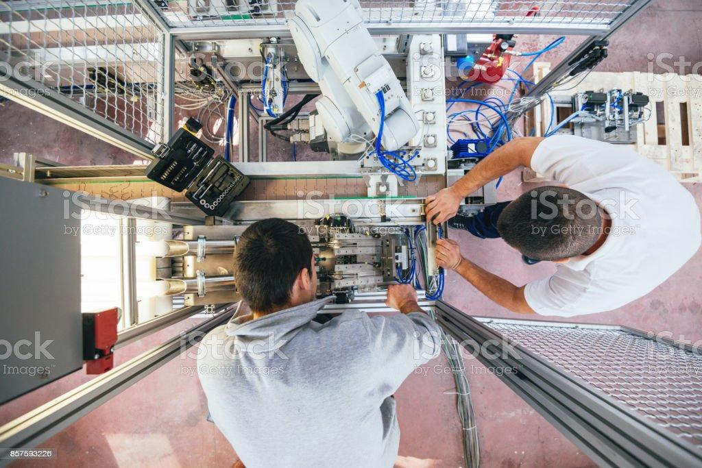 Industrielle Hilfe und Unterstützung von Ingenieuren am Fließband – Foto