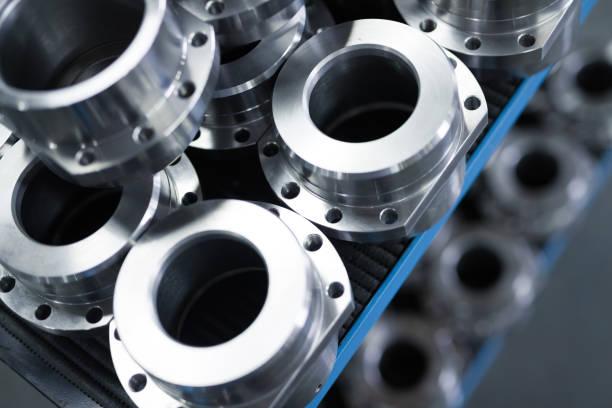 industriële achtergrond uit metalen delen die zijn geproduceerd in de metaalindustrie - krachtapparatuur stockfoto's en -beelden