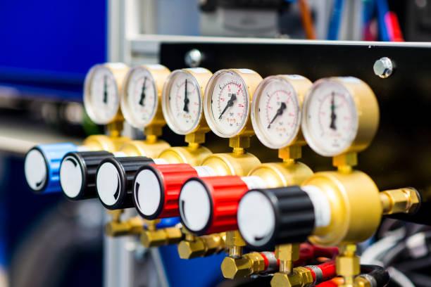 industriella barometrar på gasledningar - barometer bildbanksfoton och bilder