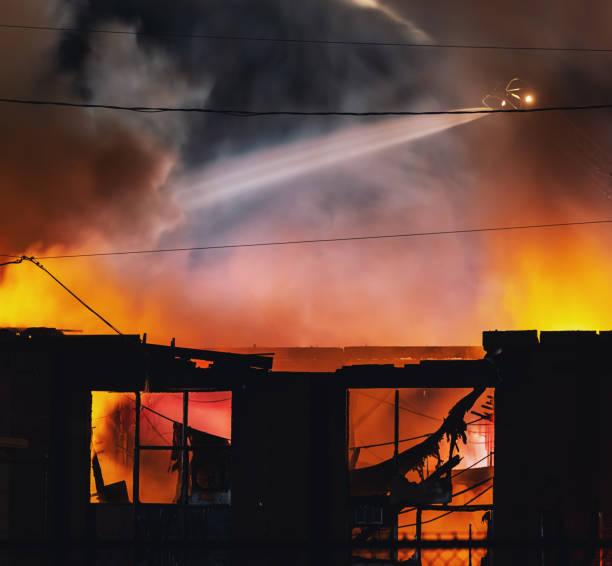 industrieel bouw vuur - pics of the redtube stockfoto's en -beelden