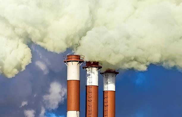 Industrial Schornsteine mit Rauch über Blauer Himmel – Foto