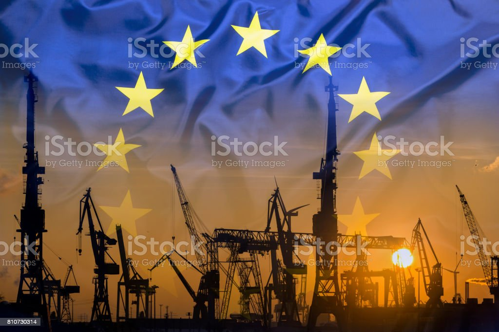 Industrielle Konzept mit EU-Flagge bei Sonnenuntergang – Foto
