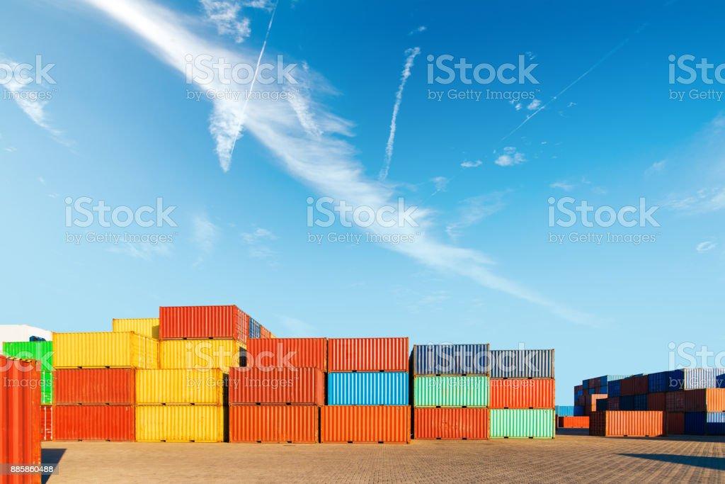 Industriebehälter Hof der Logistik import und export Geschäft unter dem blauen Himmel – Foto