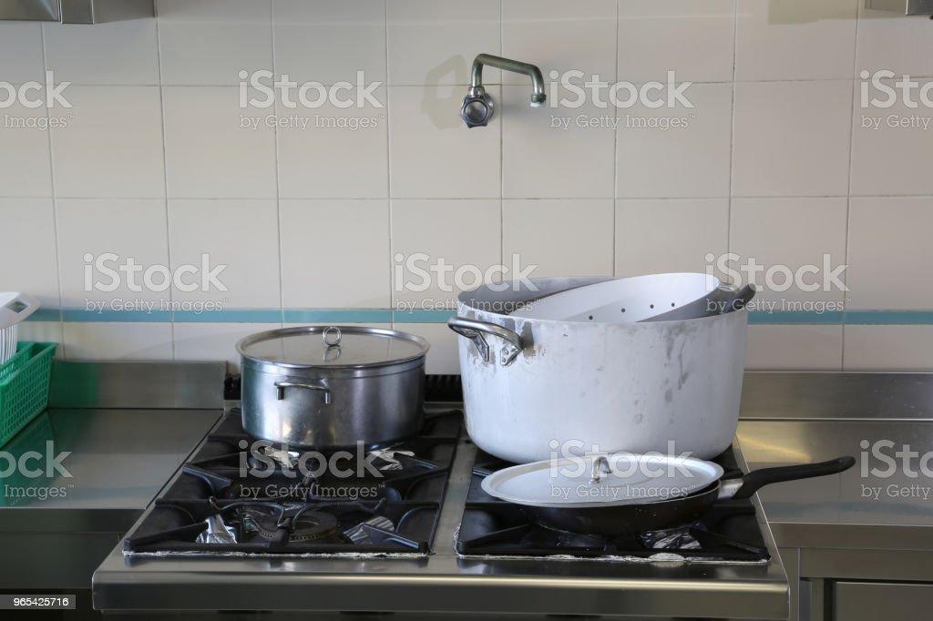 餐廳廚房用鍋的工業炊具 - 免版稅吃飯圖庫照片