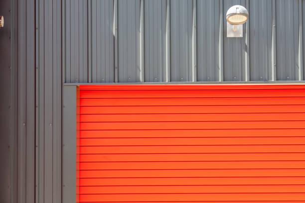 industrie-design. leuchtend rote metall lagergebäudes rollladen rolltor. - schuppen türen stock-fotos und bilder