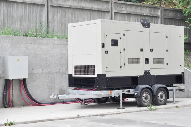 generador diesel industrial. generador de reserva. generador diesel industrial edificio de oficinas conectados al panel de control con el cable de alambre. generador de respaldo de energía. - generadores fotografías e imágenes de stock