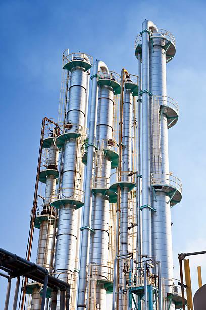 industrial destillation towers - destillationsturm stock-fotos und bilder