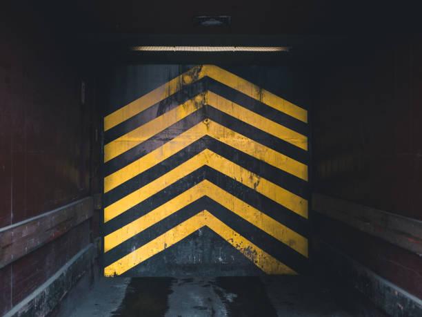 Industrielle Aufzug mit gelben Pfeilen – Foto
