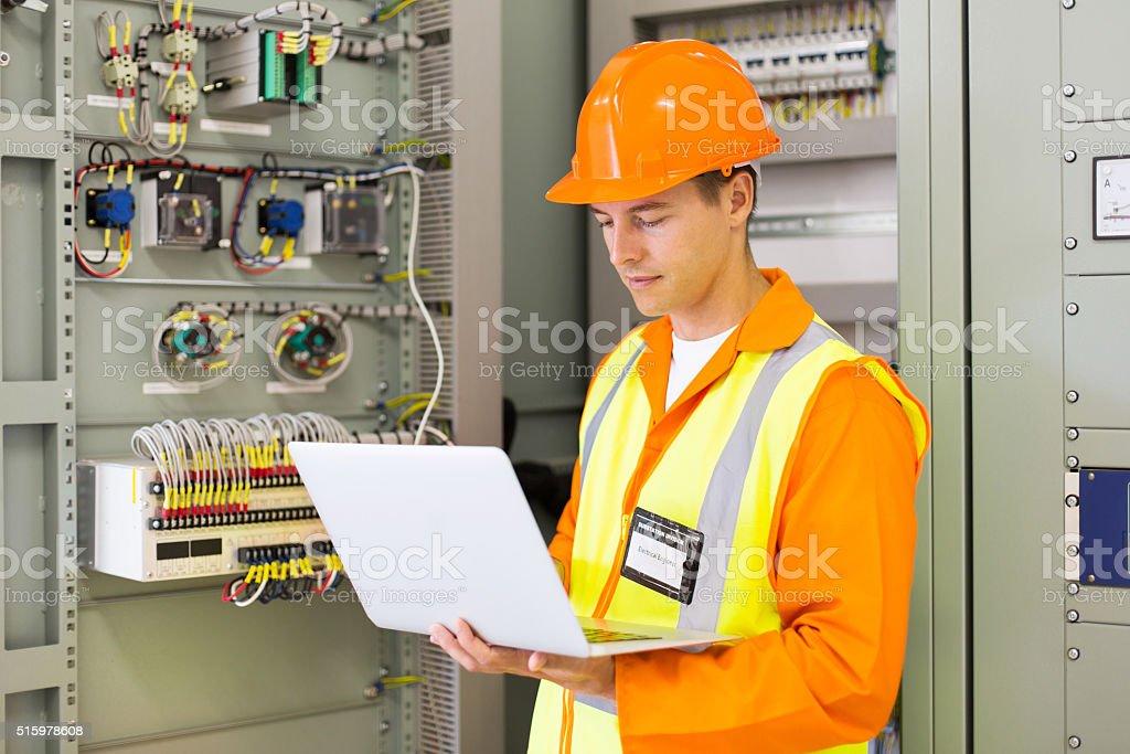 Ingénieur industriel à l'aide d'un ordinateur portable - Photo