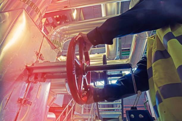 industrielle Fabrikarbeiter roten Rad des Ventils – Foto