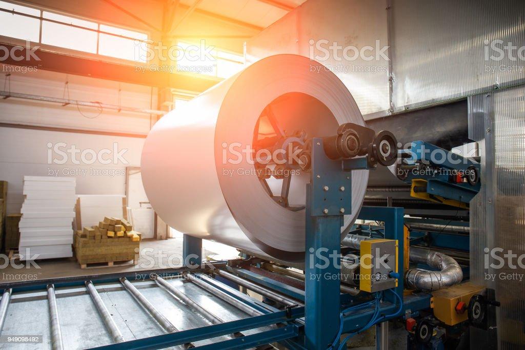 Industrial acero galvanizado rollo bobina de chapa metálica que forma la máquina en el taller de la fábrica de carpintería metálica - foto de stock