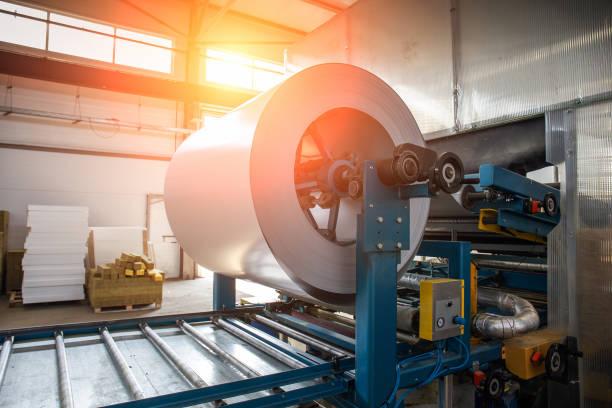 industrielle verzinkter stahl rollen spule für blech umformmaschine in metallarbeiten werkshalle - blech stock-fotos und bilder