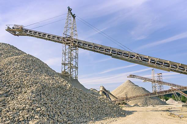 industrial gravel quarry und sand stone-raffinerie - betonwerkstein stock-fotos und bilder