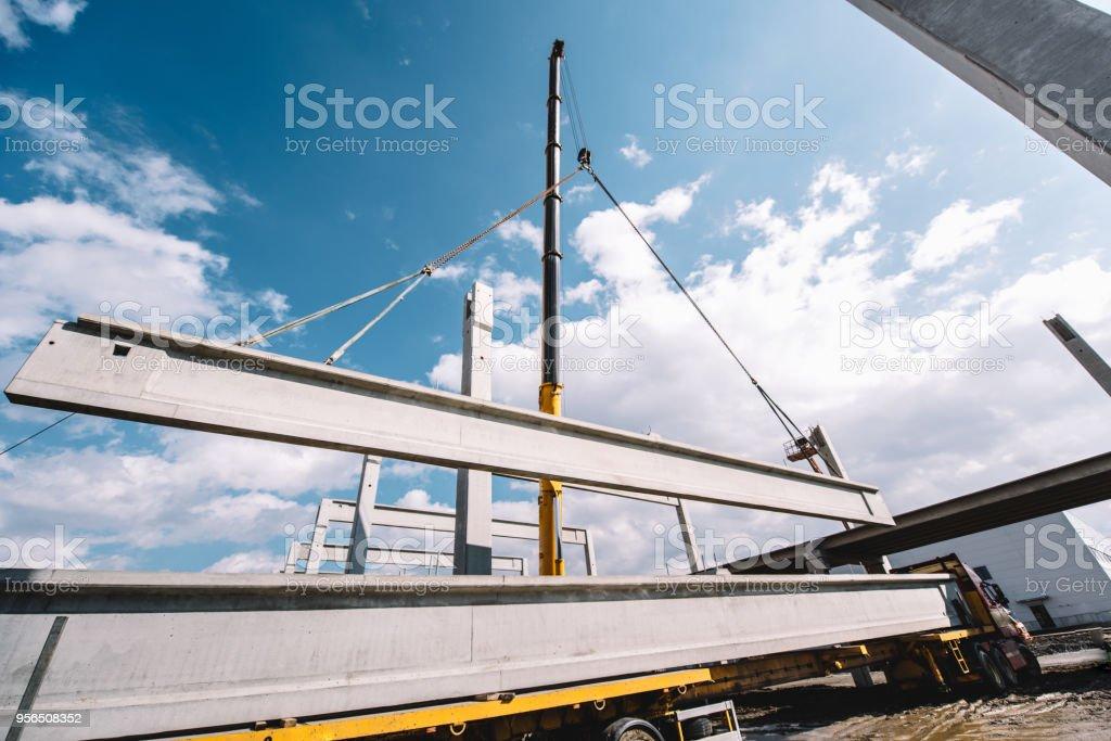 Industrielle heavy-Duty Kran Fertigbeton Zement Traversen und Säulen auf Baustelle - Lizenzfrei Aktivitäten und Sport Stock-Foto