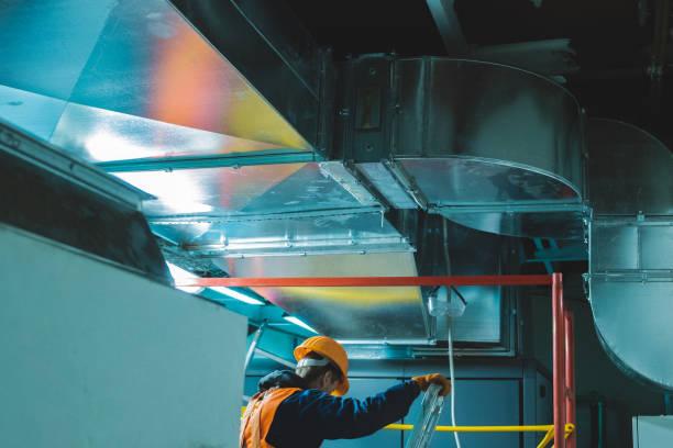 industrial hvac repair installation worker process - conduttura dell'aria foto e immagini stock