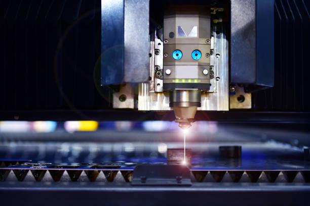 przemysłowa maszyna do cięcia laserowego podczas cięcia blachy przemysłowej - ciąć zdjęcia i obrazy z banku zdjęć