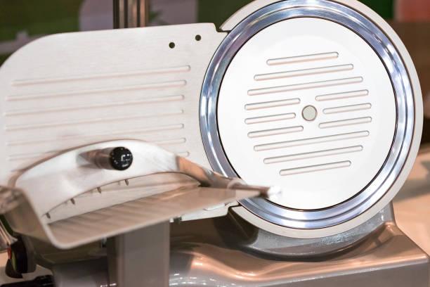 industriële machine voor het snijden van vlees en vlees - kabelspek stockfoto's en -beelden