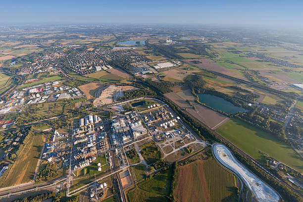 industrial park solvay rheinberg in the lower rhine region - industriegebied stockfoto's en -beelden
