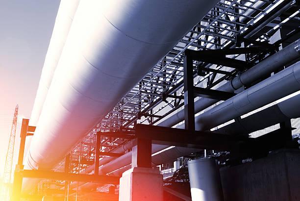 industrial pipelines auf pipe-Brücke vor blauem Himmel – Foto