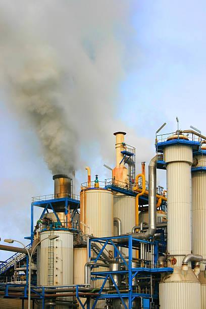 l'inquinamento industriale - zuccherificio foto e immagini stock
