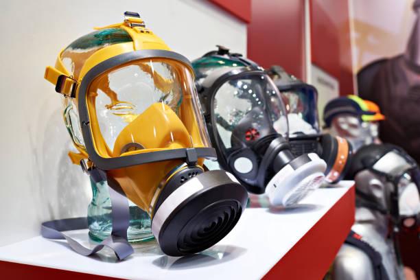 maschere protettive industriali per lavori pericolosi - tuta protettiva foto e immagini stock