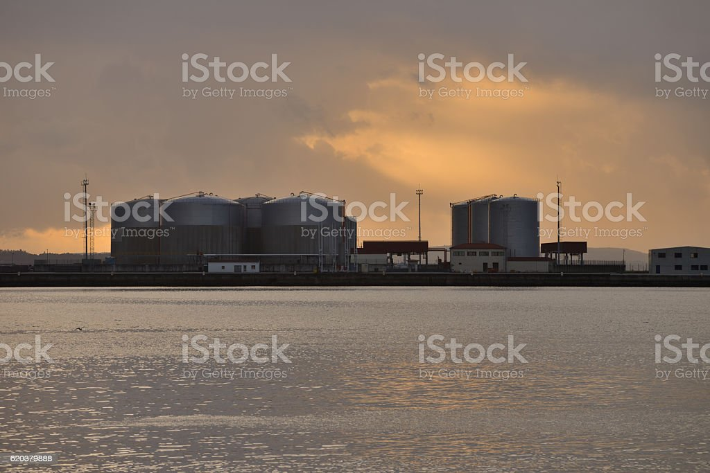 industrial repositories for oil and gas in the harbor foto de stock royalty-free
