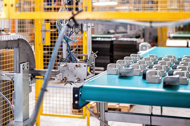 industriale braccio robotico e nastro trasportatore - metal robot in logistic factory foto e immagini stock