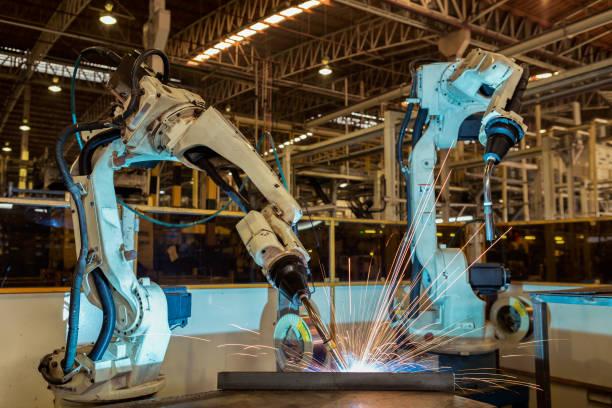 brazo robótica industrial para soldadura parte automotriz de montaje en fábrica - robótica fotografías e imágenes de stock