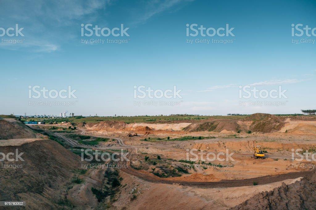 Industrielle Sand Steinbruch mit Hydraulikbagger Maschinen. Schöne Landschaft, Bauindustrie - Lizenzfrei Ausrüstung und Geräte Stock-Foto