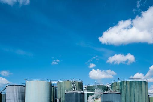 Des silos de stockage d'hydrocarbure
