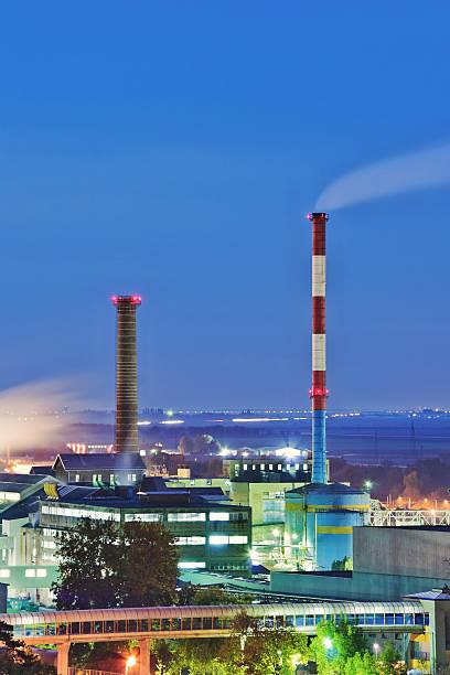 industrial fumo pile a notte - zuccherificio foto e immagini stock